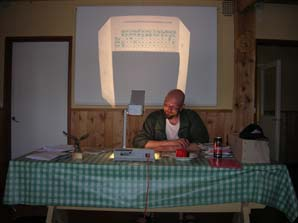 Rallimestari Kyllönen tulospalvelun kiihkeässä ytimessä Kannonkoskella 2005.